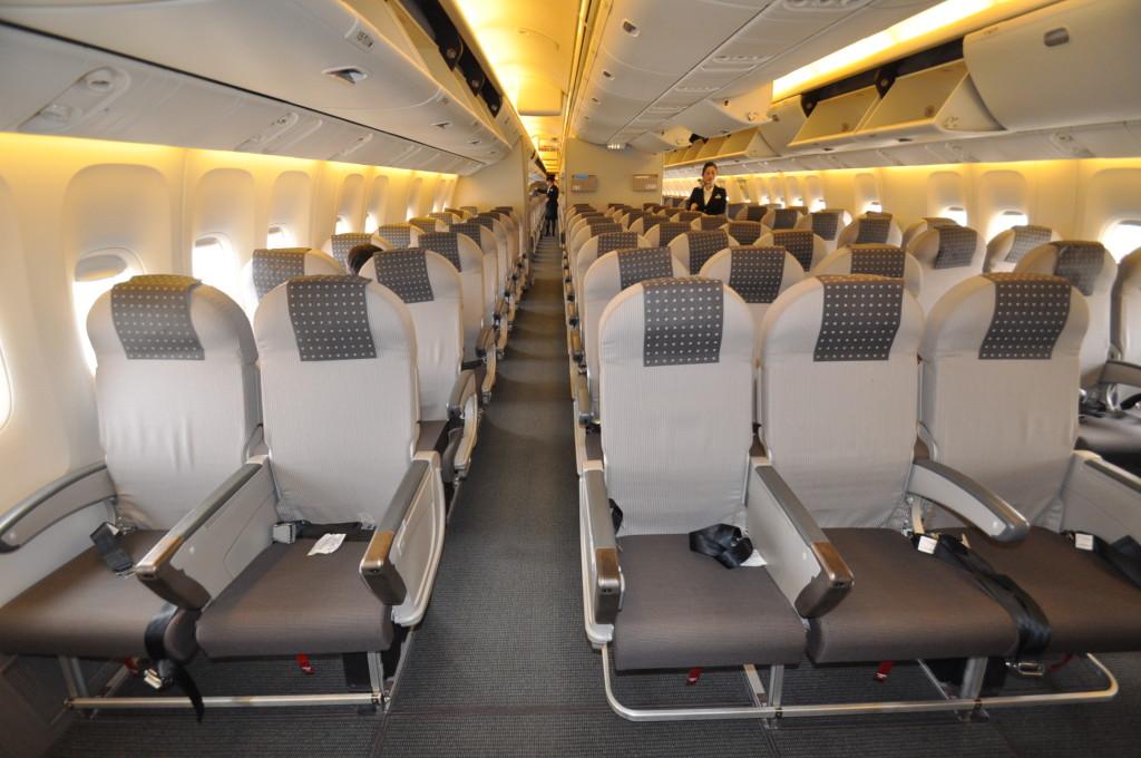 Japan_Airlines_domestic_flight_economy_class_(B767-300)