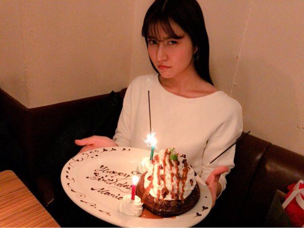 ケーキを持っている阿部マリア